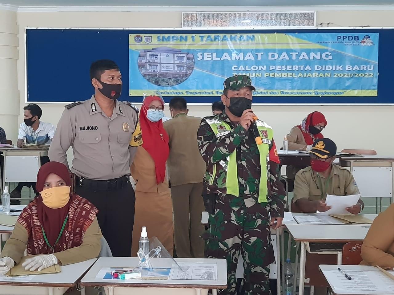 Cek Kesiapan Sekolah,Babinsa Tarteng Himbau Orang Tua Murid Di SMPN 1 Tarakan.