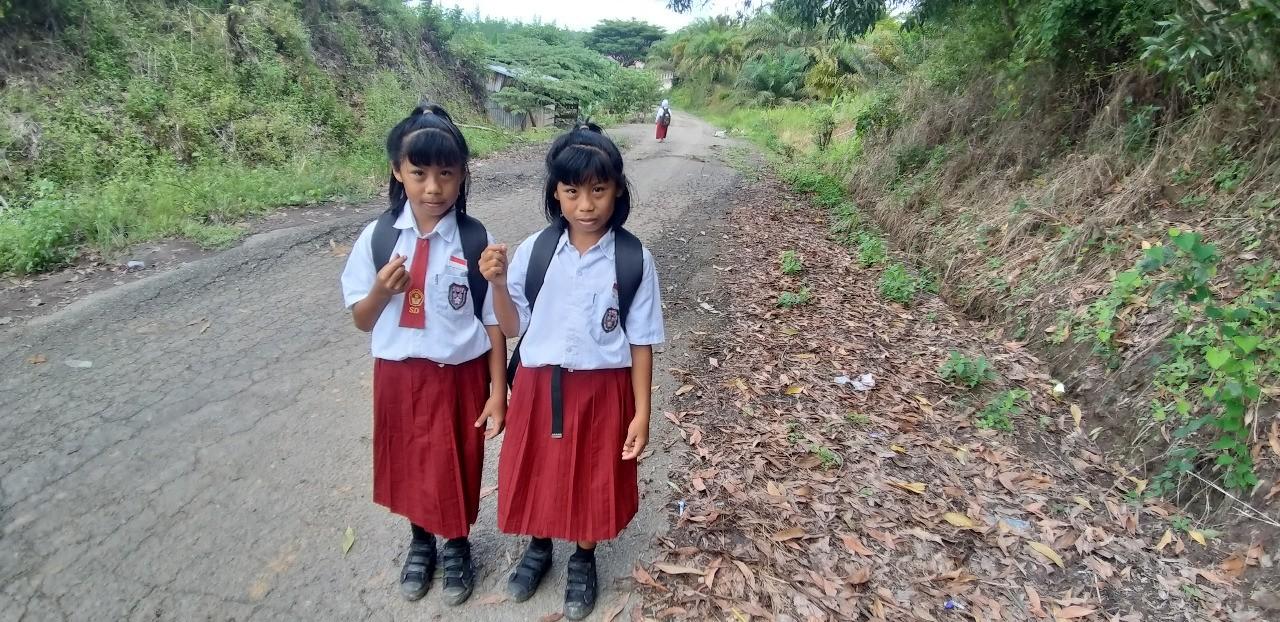 Cerita 2 Siswi Kembar SD, Harus Berjalan 4 Kilometer Setiap Hari Demi Pendidikan