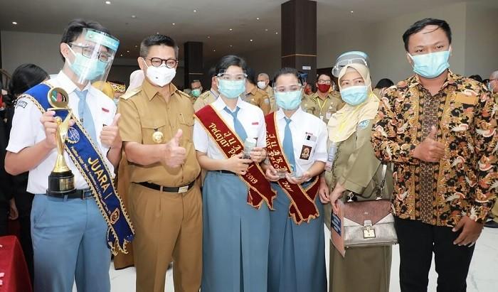 Simbolis Gubernur Serahkan Beasiswa, Insentif, dan BOS | Tarakan TV