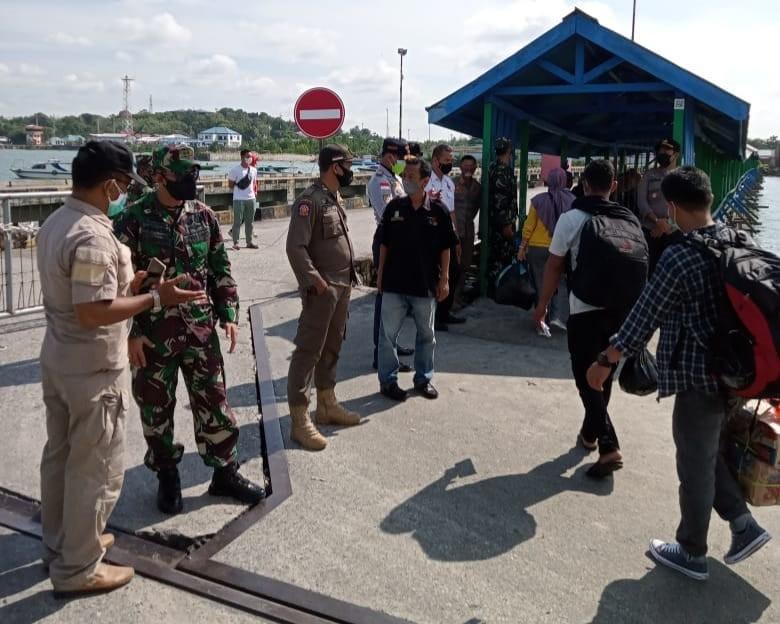 Dandim 0907/Trk Pimpin Pengawasan Kedatangan Penumpang Kapal Bukit Siguntang.